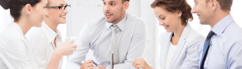 Diskutierende und lachende Mitarbeiter